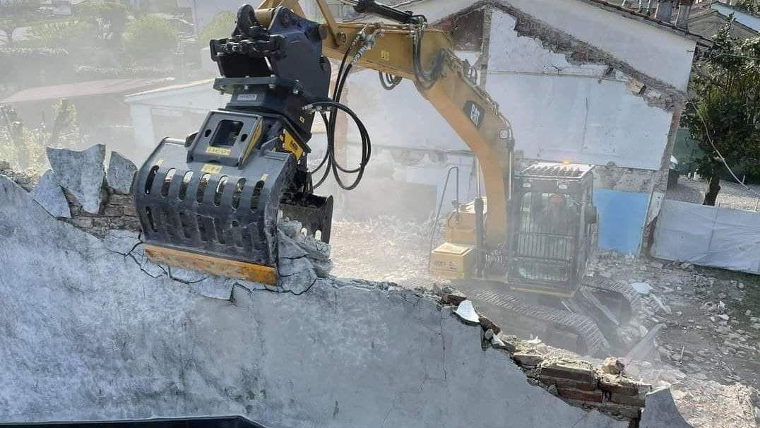 la pinza movimentratrice MB-G900 in un cantiere di demolizione di edifici residenziali