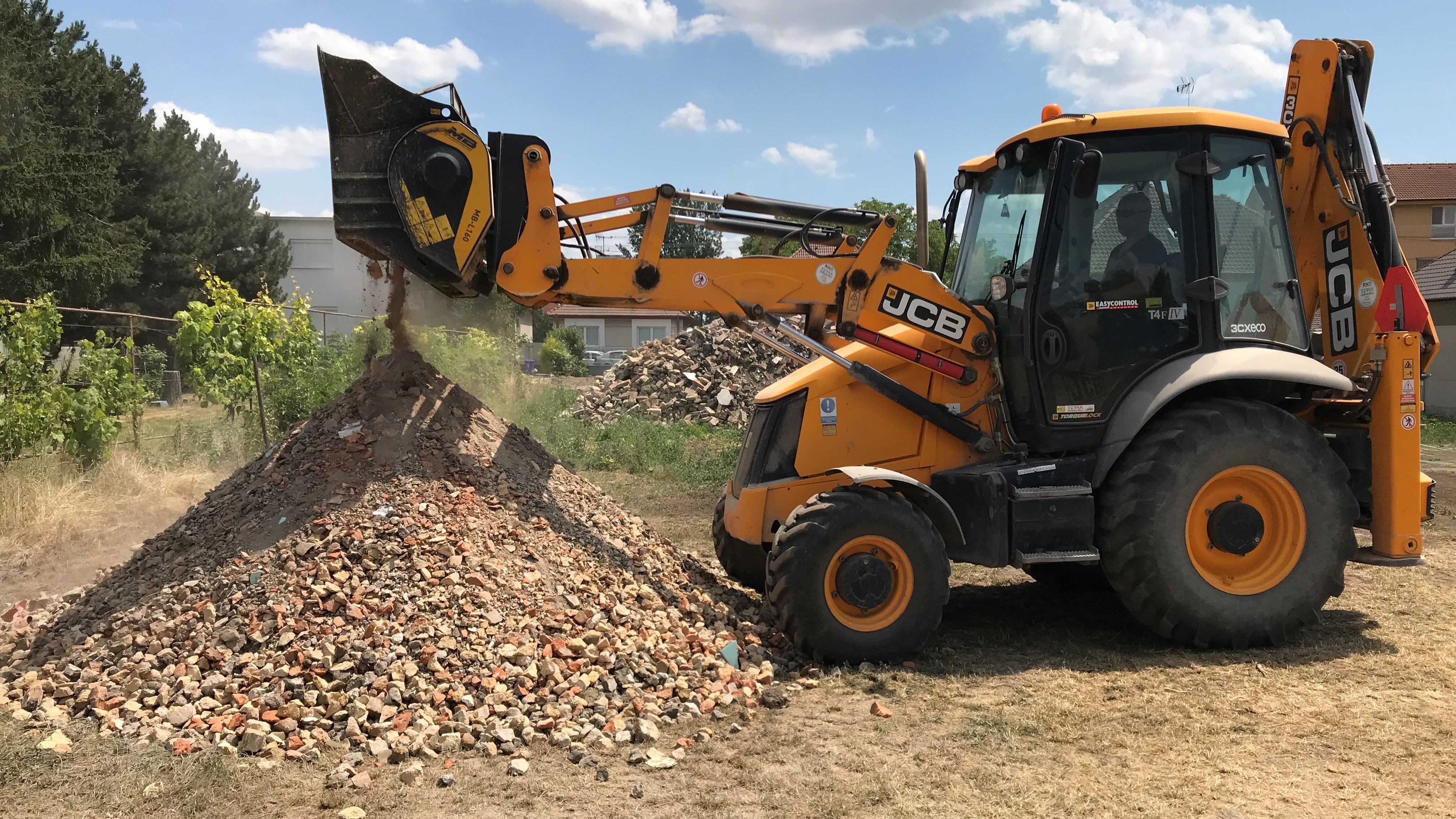 The MB-L160 mobile crusher recycling inert material on site