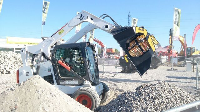 MB crusher at Intermat launched the new MB-LS140, a screening bucket for loaders, skid steers and backhoe