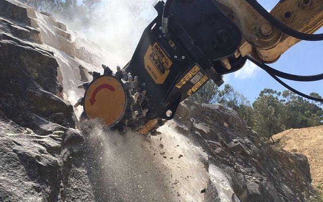 News - The new drum cutter MB-R700 on a PC Komatsu 220 – Australia