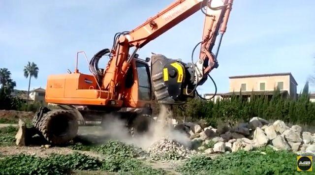 ÚLTIMAS NOTICIAS - La cuchara trituradora BF 60.1 tritura piedra de rio a Port de Sòller, Mallorca, España