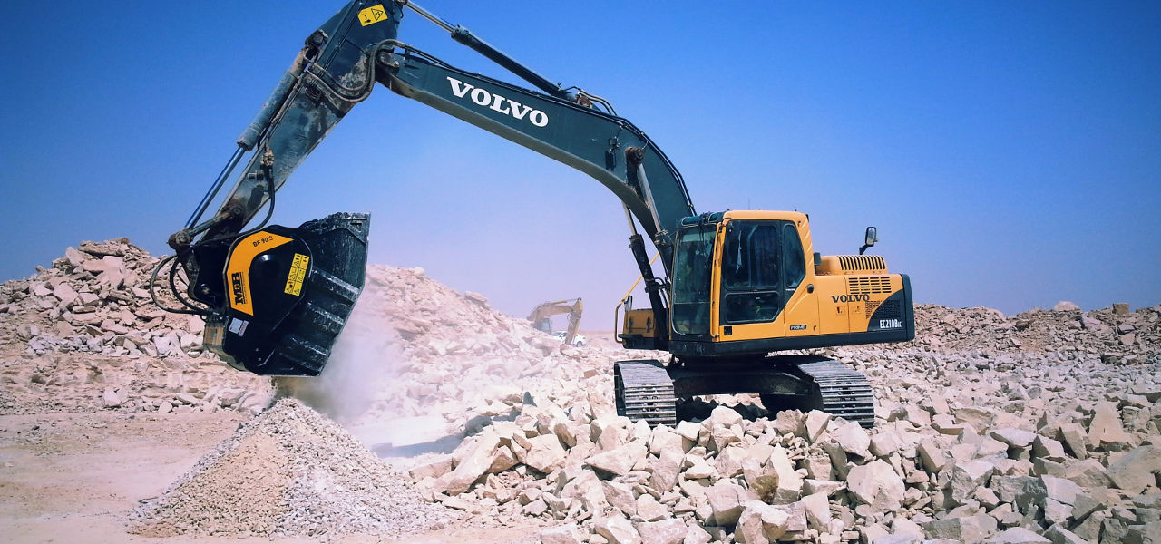 MB jaw bucket crusher on Volvo excavator in Saudi Arbia