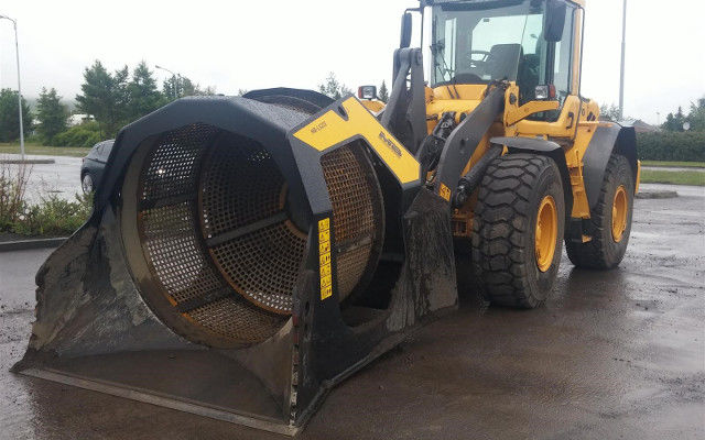 Screening bucket for loaders and backhoes