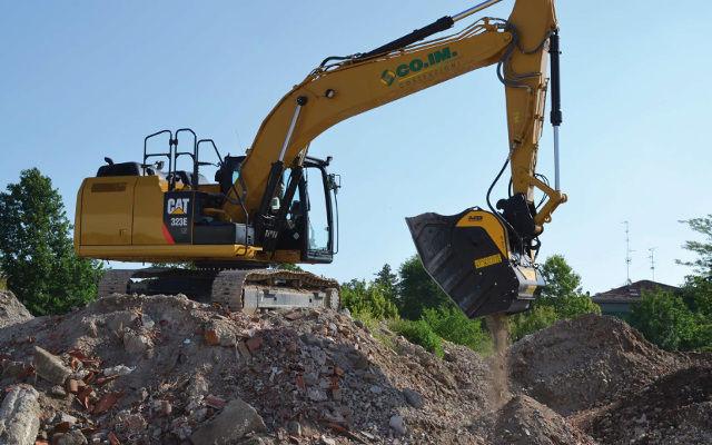 Benna frantumatrice BF90.3 S3 al lavoro a Cavezzo su un escavatore Caterpillar 323 E LN