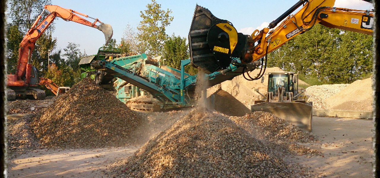 Stationary crusher and crusher bucket working together? We say yes