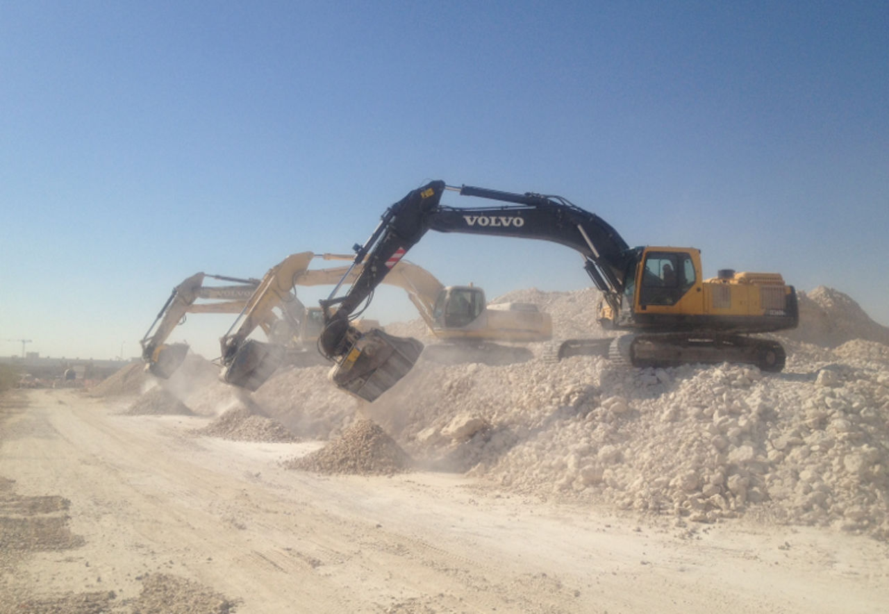 The construction of a dual carriage way in Zambia : the perfect application to MB Crusher and Screening Buckets!