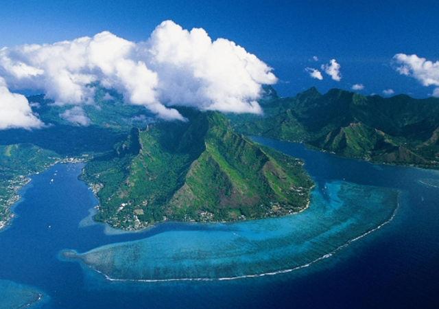 En concassant la roche volcanique en Polynésie Française