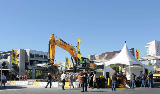 This was the first time the subsidiary displayed its drum cutter and loader screening attachment product lines at an exhibition