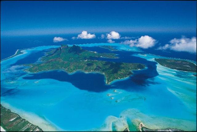 News - En concassant la roche volcanique en Polynésie Française
