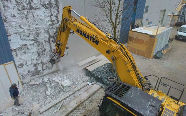 Die Fräse MB-R800 beim Abbruch einer Werkhalle in Deutschland