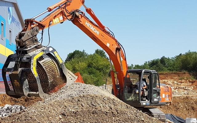 Recikliranje na gradbišču s sejalno žlico MB-S18 v Sloveniji