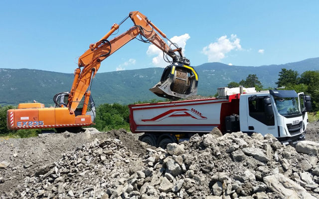 Recycling on site with the MB-S18 screening bucket in Slovenia