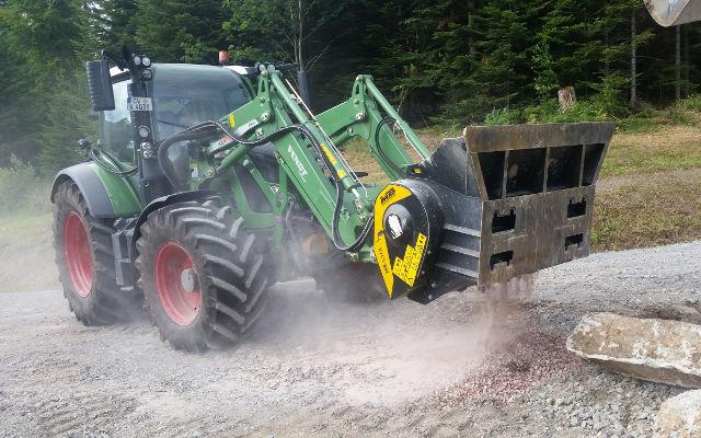 News - Ein MB-L160 bei der Arbeit auf einem Traktor der Marke Fendt