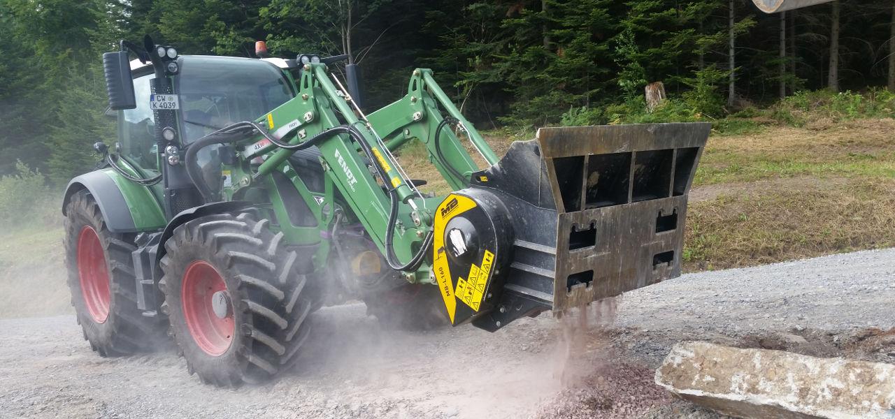 Ein MB-L160 bei der Arbeit auf einem Traktor der Marke Fendt