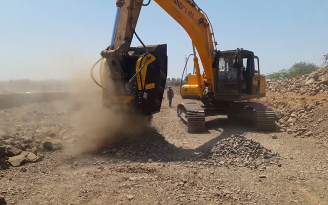 Executing 20kms of concrete road in India with the BF90.3 crusher bucket