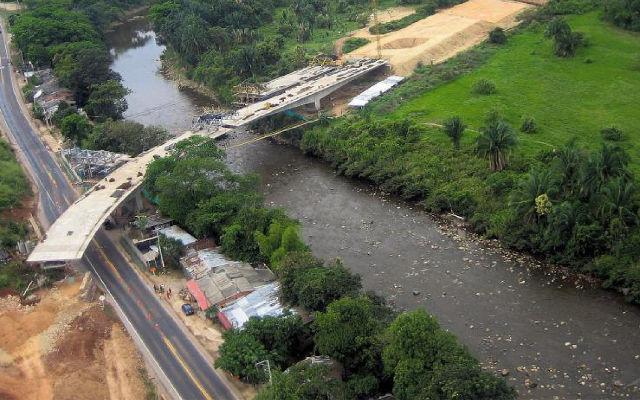 La construccion de la nueva Colombia – MB Crusher en las Vías 4G