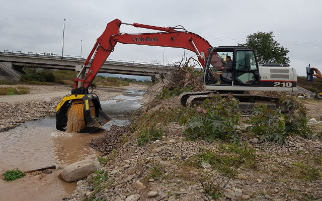 Limpiando piedras de río con la cuchara de cribado MB-S18