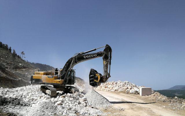 HABERLER - Kırıcı kova ve eleme kovası modelleriyle tanınan MB Crusher, Türkiye'deki dik eğimli ve zor erişimli mermer ocaklarında kullanılan ekipmanlar arasında bulunuyor.