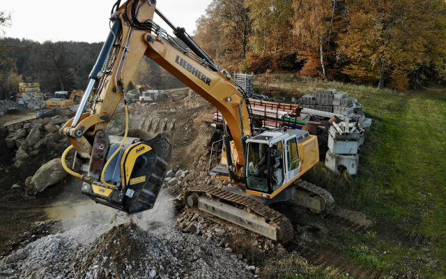 NO MORE HIDING ROCKS: AN AUSTRIAN COMPANY TURNS ROCK WASTE INTO ON-SITE FILL WITH MB CRUSHER BUCKET