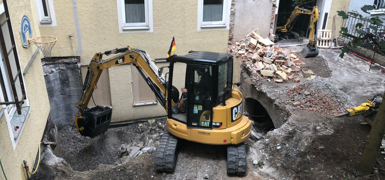 The MB-C50 crusher bucket at work in the Bavarian residential area