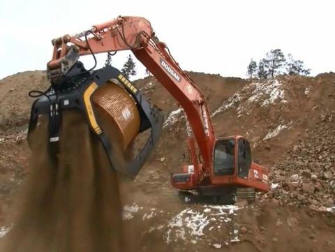 Самый большой просеивающий ковш в мире для строительства дорог в России