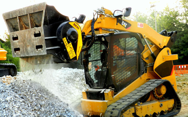 The jaw crusher MB.L160 is crushing rocks on a skid steer.