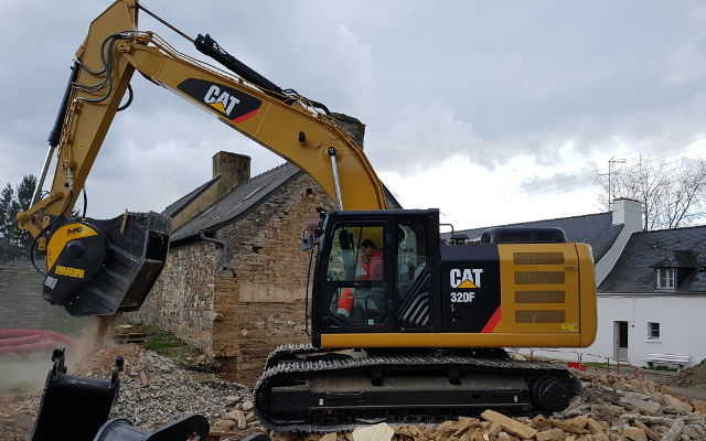 The BF80.3 crusher bucket, crushing demolition waste of a building in France.