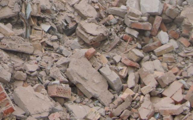 Łyżka krusząca MB kruszy materiał powyburzeniowy, bezpośrednio na miejscu budowy, korzystając z jednej maszyny operacyjnej i jednego operatora.