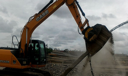In Brazil using a BF60.1 crusher bucket, the light poles are collected and processed.