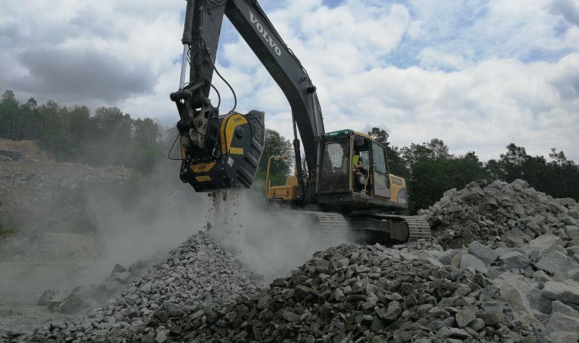 El cliente trabaja en una cantera de granito y utiliza la cuchara trituradora BF90.3, montada en Volvo EC240, para triturar los desechos de granito.