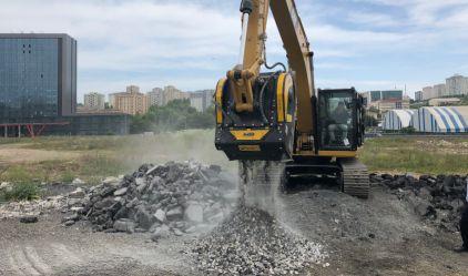 La cuchara trituradora BF90.3 está triturando basalto negro en Turquía en una excavadora Caterpillar 320 GC.