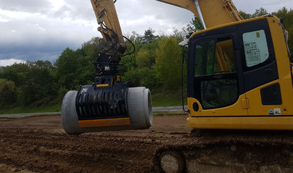 With the MB-G1500 grapple, concrete pipes can be moved safely.