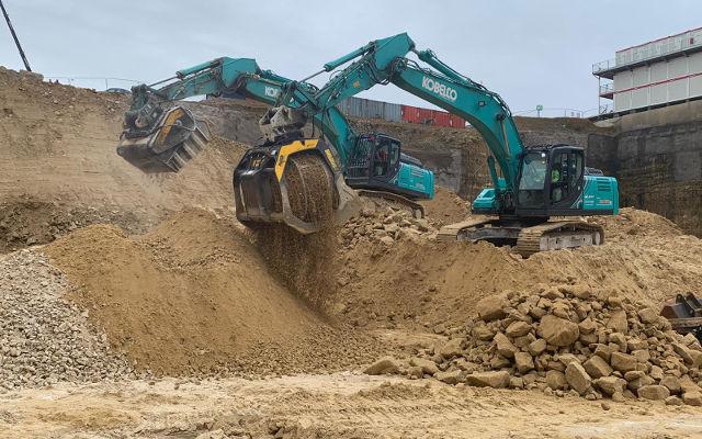 Godet concasseur et cribleur sur le chantier du nouveau bâtiment de la Communautée Européenne