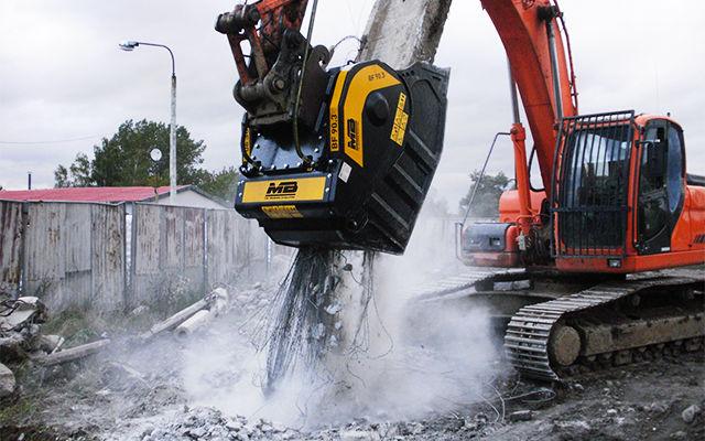 Una benna frantoio BF70.2 frantuma cemento armato e materiale inerte direttamente in cantiere.
