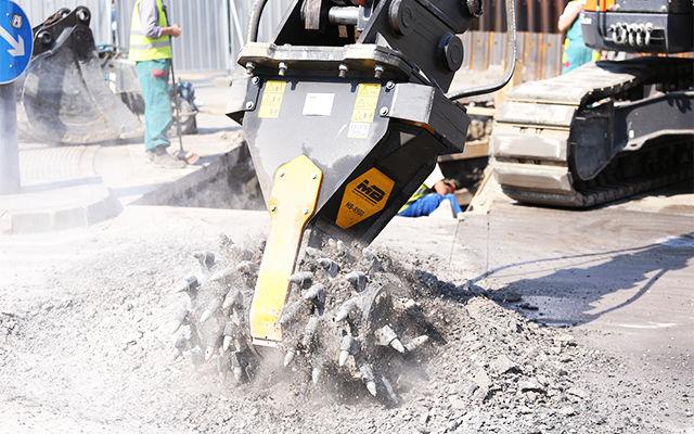 La fresa MB-R900 scava, attraverso l'asfalto, una trincea per la posa delle tubature.