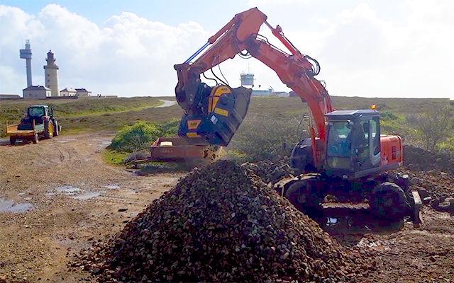 Station de concassage sur l'ile de Ouessant pour traiter les matériaux issus de la démolition avec le godet concasseur BF70.2