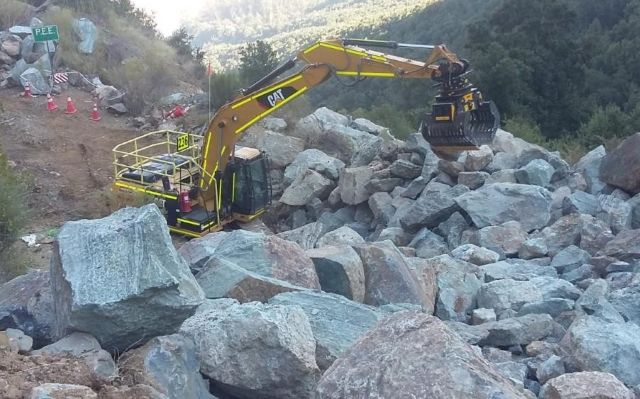 An MB-G1200 sorting grapple installed on a Caterpillar excavator to move rocks and boulders