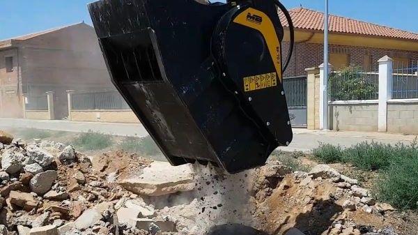 El material triturado de la cuchara trituradora MB se reutiliza como fondo para la nueva calle.