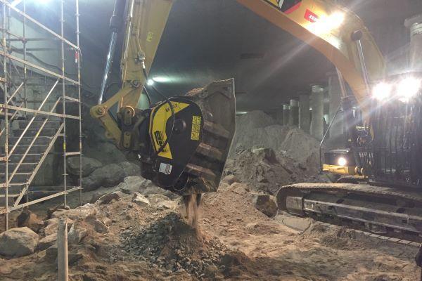 con il frantoio a mascelle per escavatore MB Crusher il materiale di scarto si frantuma direttamente sul posto, senza doverlo portare a smaltire con tutte le difficoltà per entrare/uscire dal cantiere sotterraneo