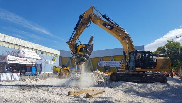 frantumazione traversine con il frantoio per escavatore BF90.3