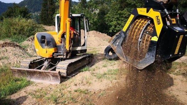 The MB-S10 screening bucket working on a Kubota mini-excavator