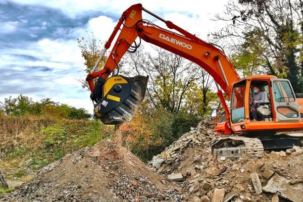 con il frantoio a mascelle MB Crusher il materiale di risulta dalla demolizione si frantuma direttamente in cantiere con il proprio escavatore
