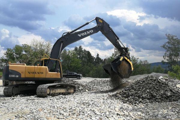Cribando el material con la cuchara cribadora MB Crusher  permite separar el material grueso del material fino directamente en el sitio, eliminando así  cualquier costo de transporte.