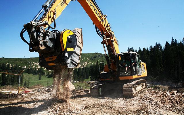 il frantoio mobile MB Cruher modello BF120.4, montato su escavatore Liebehrr936.