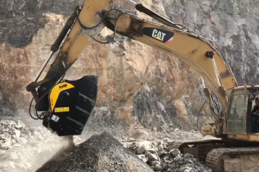La cuchara trituradora BF120.4 está triturando basalto en una gran cantera en China.