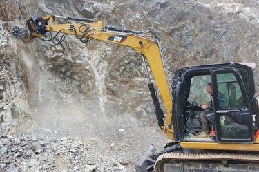 Balasto, agregado y estabilizado se obtienen fresando las paredes de basalto con la fresadora de MB Crusher.