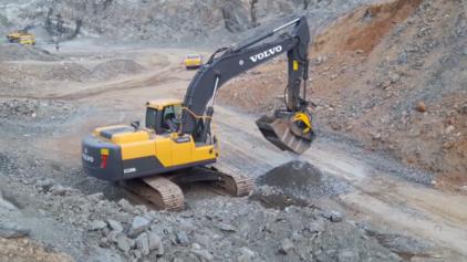 La cuchara BF90.3 está triturando  granito en una cantera en India en una excavadora Volvo EC-220D.