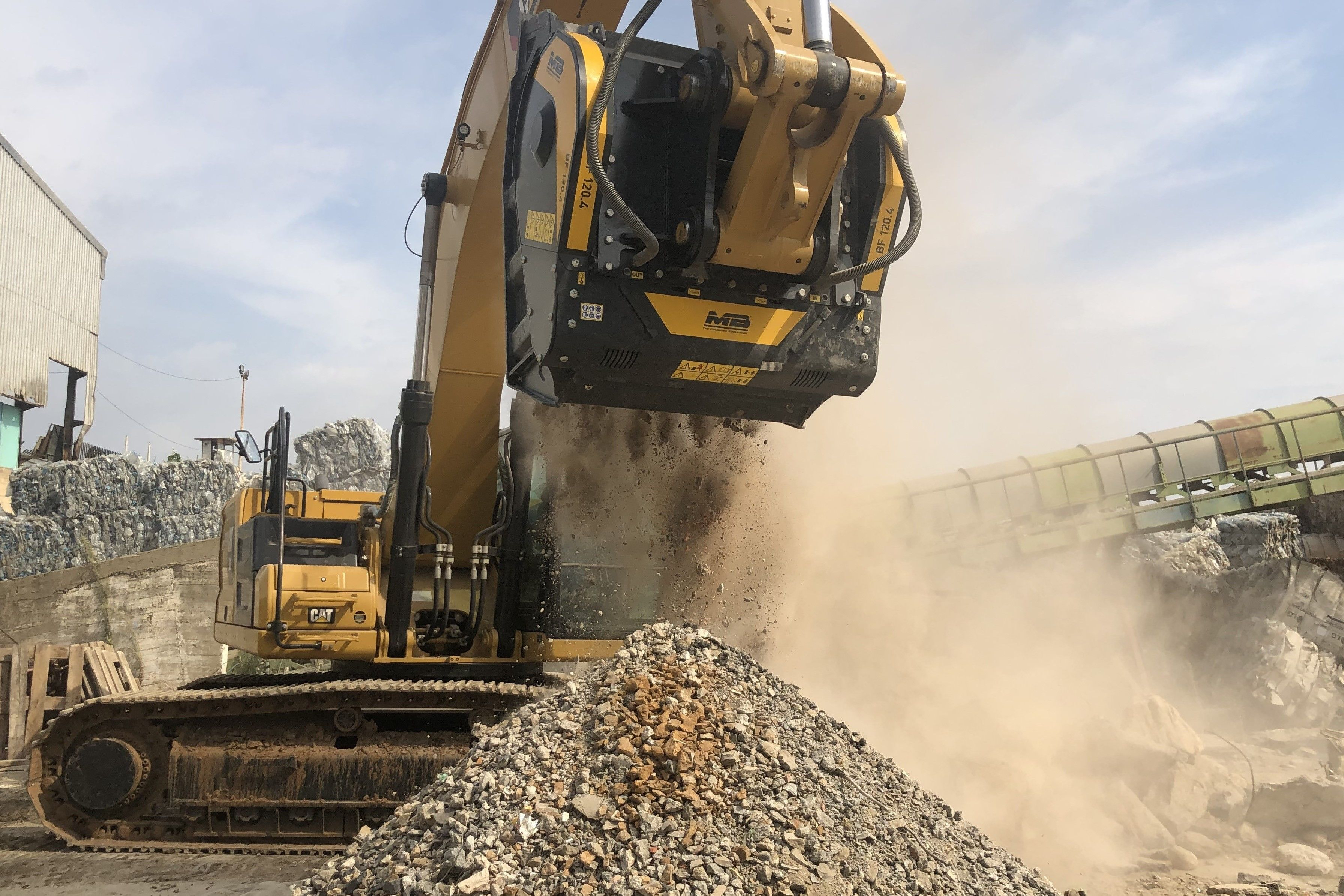 Crushing limestone boulders directly on site with the crusher bucket BF120.4 on a Caterpillar excavator