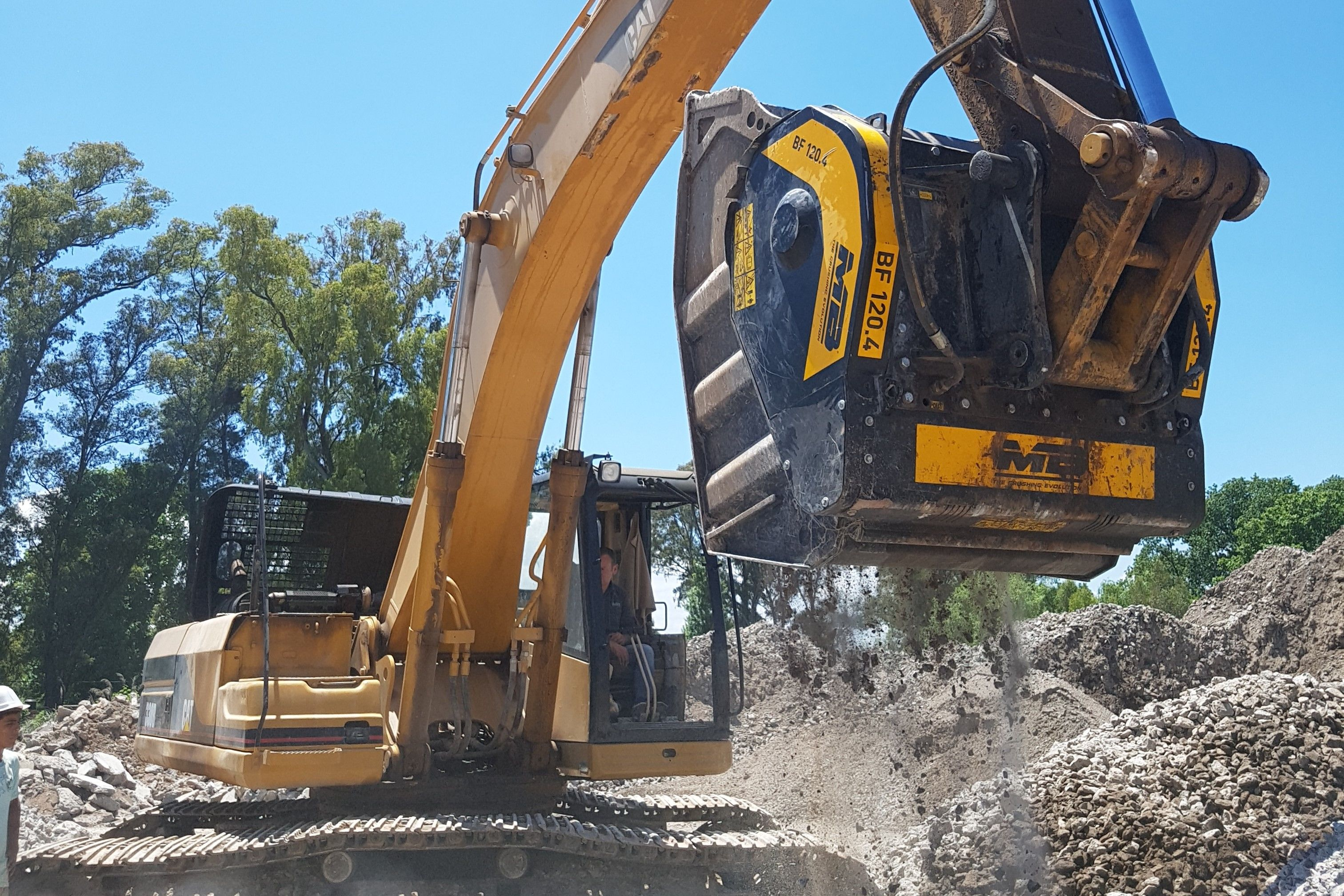 Mounted on a Cat excavator, the jaw crusher BF120.4 is recycling material to be reused on site