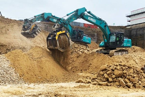 Crushing and screening station with MB CRUSHER tools